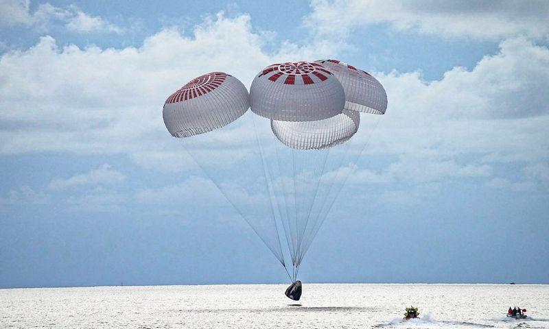 """Keturi """"SpaceX"""" turistai šeštadienio vakarą saugiai nusileido """"SpaceX"""" Crew Dragon""""  kapsulėje prie Floridos pakrantės (JAV). """"Reuters""""/""""Scanpix"""" nuotr."""