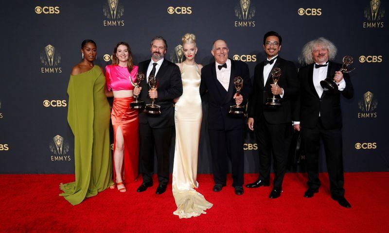 """Serialo """"Valdovės gambitas"""" komanda 73-uose """"Emmy"""" apdovanojimuose. Mario Anzuoni (""""Reuters"""" / """"Scanpix"""") nuotr."""