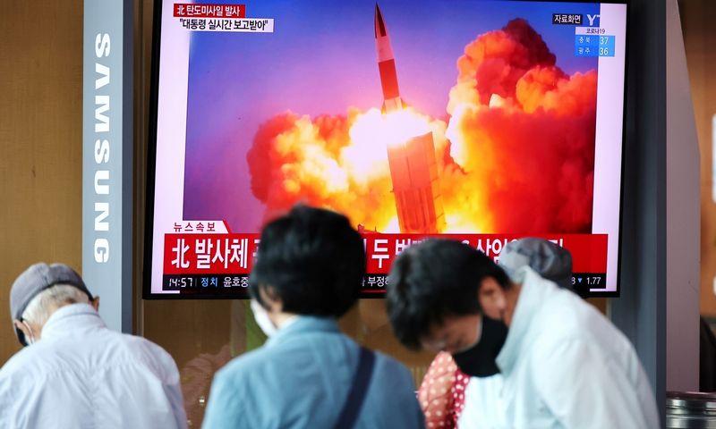 """Š. Korėjos raketos paleidimo transliacija Pietų Korėjoje. Kim Hong-Ji (""""Reuters""""/""""Scanpix"""") nuotr."""