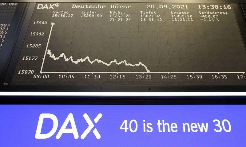 """Pirmadienį Vokietijos akcijų indeksas DAX startavo sudėtimi iš 40 bendrovių. Pirmąją dieną apkartino išsipardavimas. Daniel Roland (AFP / """"Scanpix"""") nuotr."""
