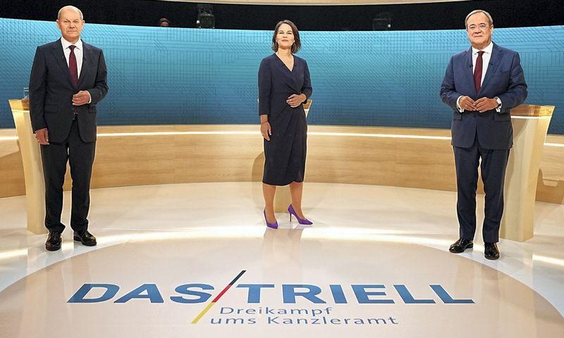 """Žaliųjų partijos lyderė Annalena Baerbock, krikščionių demokratų vadovas Arminas Laschetas (dešinėje) ir socialdemokratų pirmininkas Olafas Scholzas yra trys pagrindiniai kandidatai pakeisti Angelą Merkel Vokietijos kanclerio poste. Michaelio Kappelerio (""""Reuters"""" / """"Scanpix"""") nuotr."""