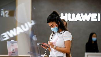 """NKSC: Lietuvoje parduodami """"Huawei"""" ir """"Xiaomi"""" telefonai kelia kibernetinio saugumo rizikų"""