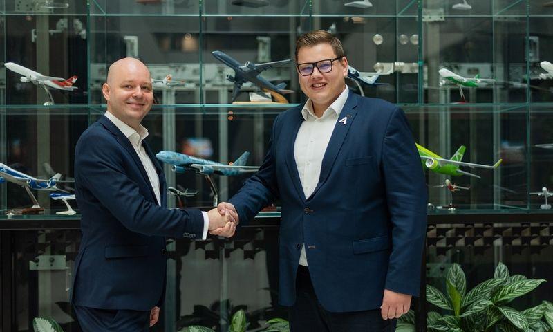 """Julius Norkūnas, """"AeroCity Tech Ventures"""" vadovas ir Lukas Raščiauskas """"Aeroclass"""" vadovas susitarė dėl investicijos. Įmonės nuotr."""