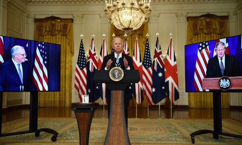 """Joe Bidenas, JAV prezidentas, Borisas Johnsonas, Jungtinės Karalystės (JK) premjeras, ir Australijos premjeras Scottas Morrisonas. Brendano Smialowski  (AFP / """"Scanpix"""") nuotr."""