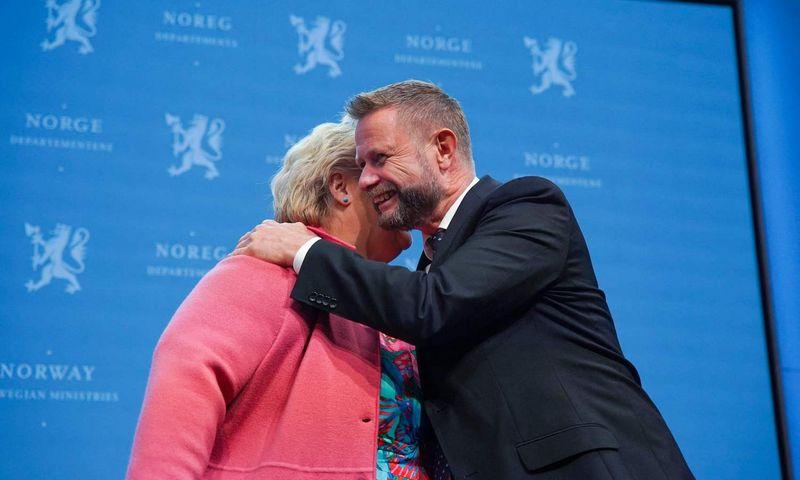 """Norvegijos premjerė Erna Solberg ir sveikatos ministras Bentas Hoie penktadienį per spaudos konferenciją dėl COVID-19 situacijos. Ali Zare (NTB / AFP / """"Scanpix"""") nuotr."""