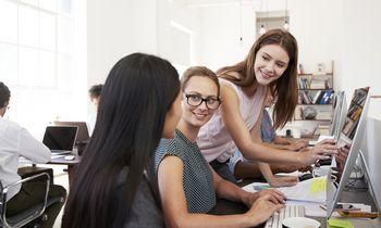 Naujos mados biuruose: aprangos kodas švelnėja