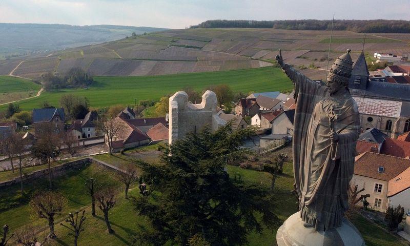 "Popiežius Urbonas II laimina Šampanės, Chatillon-sur-Marne miestuko, vynuogynus. Pascal Rossignol (""Reuters"" / ""Scanpix"") nuotr."