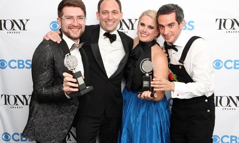 """""""Tony"""" apdovanojimuose triumfavę """"Moulin Rouge!"""" kūrėjai: Charlie Rosenas, Mattas Stine'as, Katie Kresek, Justinas Levine'as. Cindy Ord (""""Getty Images""""/AFP/""""Scanpix"""") nuotr."""