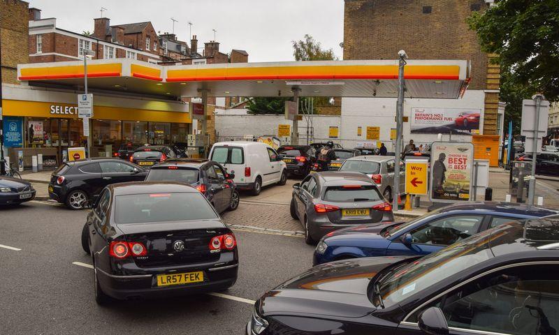 """Eilė Londone prie """"Shell"""" degalinės.  Vuko Valciciaus (""""SOPA Images""""/ZUMA/""""Scanpix"""") nuotr."""