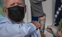J. Bidenas pasiskiepijo pastiprinamąja vakcinos nuo COVID-19 doze