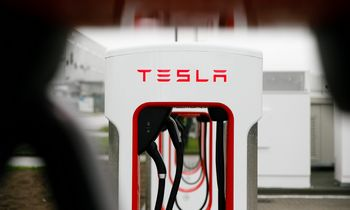 """Tesla"" brangsta bendrame išsipardavimo fone"