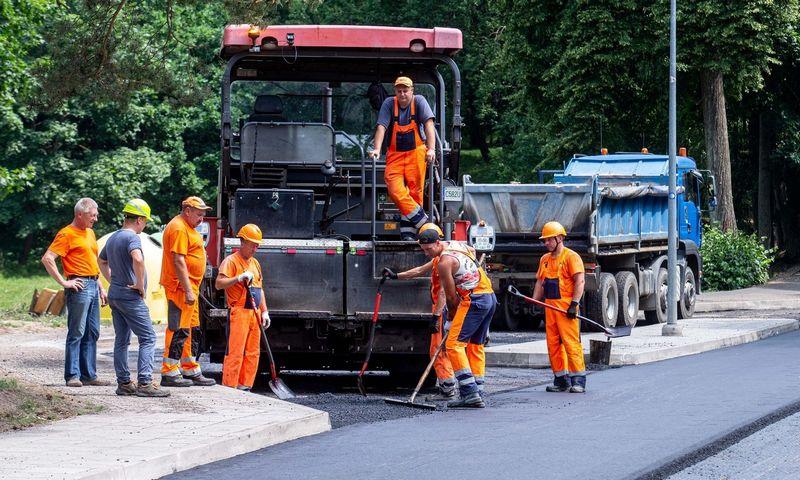 """UAB """"Kauno keliai"""" asfaltuojama gatvė. Juditos Grigelytės (VŽ) nuotr."""