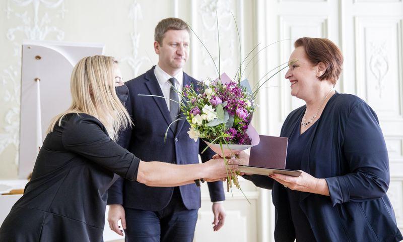 """Apdovanojimų akimirka. Nuotraukoje - kultūros ministras Simonas Kairys ir aktorė Violeta Podolskaitė. Liuko Balandžio (""""15min / """"Scanpix"""") nuotr."""