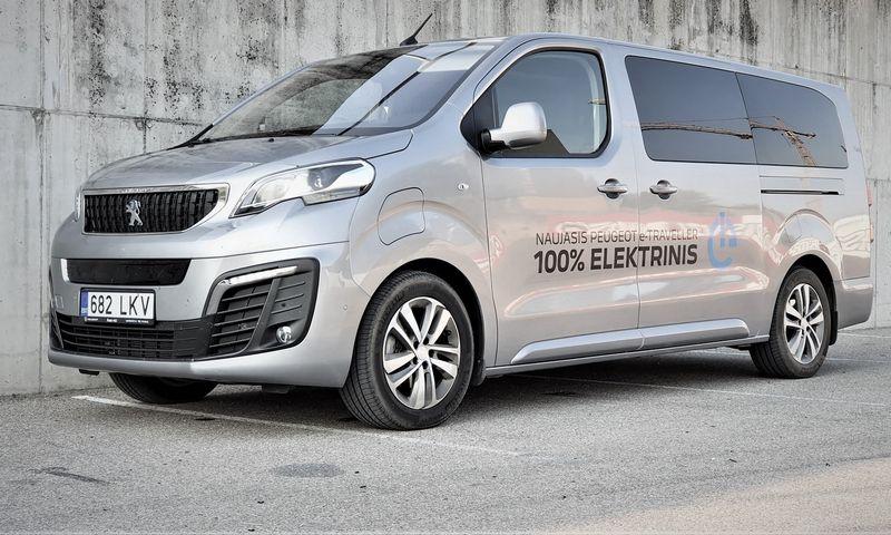 """Išoriškai """"Peugeot e-Traveller"""" nuo įprasto """"Traveller"""" skiriasi tik specifinėmis priekinėmis grotelėmis ir matomu įkrovimo angos dangteliu. Lino Butkaus (VŽ) nuotr."""