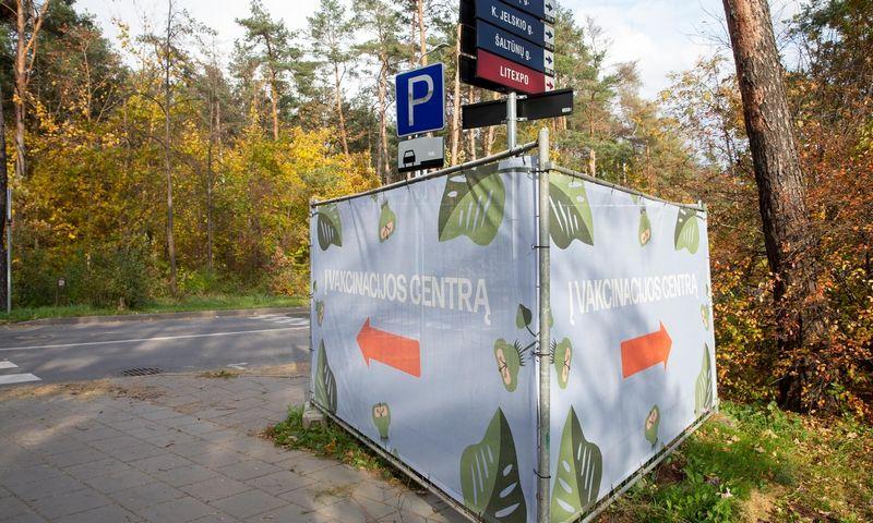 """Nuoroda į Vilniaus """"Litexpo"""" vakcinacijos centrą. Juditos Grigelytės (VŽ) nuotr."""