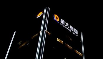 """""""Evergrande"""" sumokėjo palūkanas ir kol kas išvengė nemokumo – Kinijos žiniasklaida"""